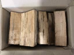 Колоті дрова у картонних коробках